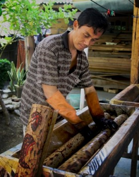"Proses ""mbabar"" mewarnai batik"